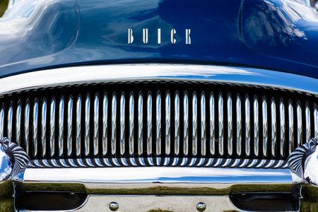 cromo: Miami, Florida, EE.UU. - el 28 de de febrero de, 2016: Cierre de vista de la parte delantera de un 1954 Buick Riviera americana del automóvil restaurado.