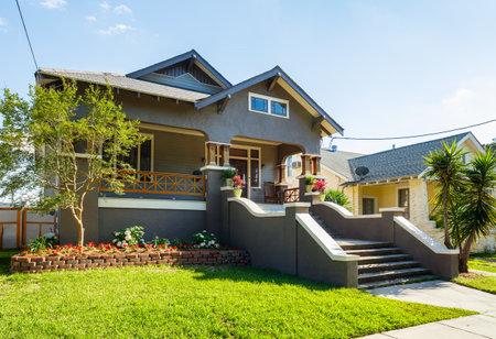 New Orleans, LA USA - 22. April 2016: Typische Häuser der Broadmoor Wohngebiet in New Orleans, Louisiana. Editorial