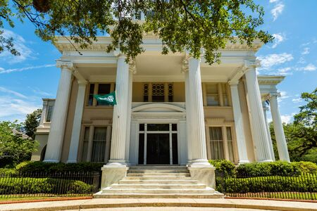 casa colonial: Nueva Orleans, LA EE.UU. - Abril 21,2016: La hermosa casa de estilo colonial y residencia privada del Presidente de la Universidad de Tulane en Charles Avenue Saint.