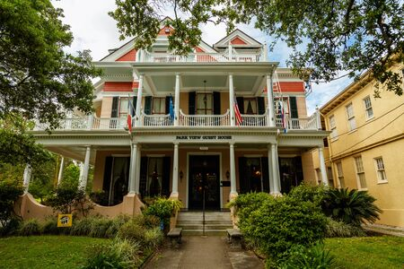 New Orleans, LA USA - April 21, 2016: Beautifully restored vintage Park View Guest House on historic Saint Charles Avenue. Imagens - 57062508