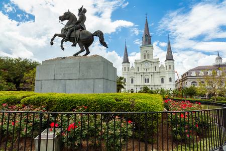 Jackson Square popular con la estatua de Andrew Jackson y la catedral de Saint Louis en el barrio francés en New Orleans, Luisiana.