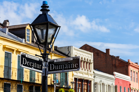 Street signs and architecture of the French Quarter in New Orleans, Louisiana. Standard-Bild
