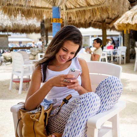 belle brune: Belle jeune femme profitant du plein air dans un cadre de restaurant de style tiki dans les Florida Keys.