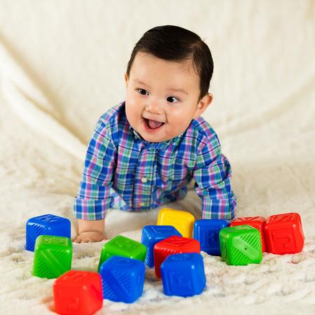 trẻ sơ sinh: Dễ thương gốc Tây ban nha bé trai chân dung.