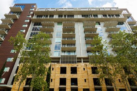 Paisaje urbano del centro de Austin, Texas, con nuevo edificio de apartamentos.