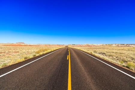 no pase: Rural carretera de dos carriles en el desierto de Arizona.