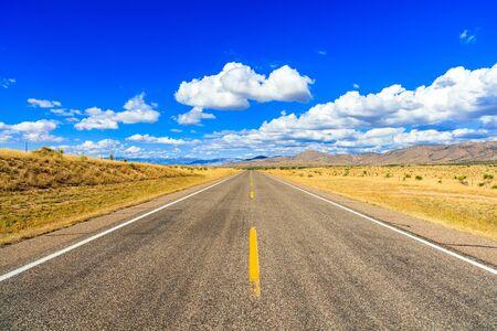 Ländliche zweispurige Autobahn in New Mexico