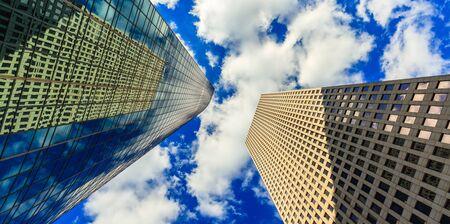 vista hacia el cielo del centro de rascacielos modernos.