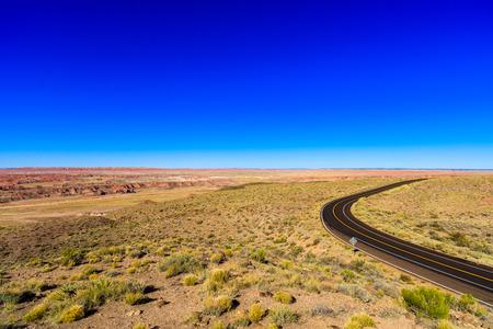 no pase: Rural two lane highway in the Arizona desert. Foto de archivo