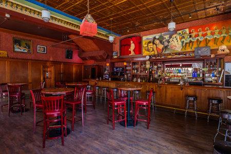 Jerome, Arizona, États-Unis d'Amérique - 27 avril 2017: L'historique hôtel Connor et le Spirit Room sont une destination touristique prisée de cette petite ville de montagne branchée surplombant la vallée de Verde dans le comté de Yavapai. Banque d'images - 81528564