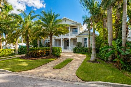 Napoli, Florida - 1 novembre 2017: Casa classica di stile architettonico nello storico quartiere residenziale del Golfo del Golfo.