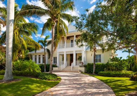 Nápoles, la Florida - 1 de noviembre de 2017: Hogar clásico del estilo de la arquitectura en el distrito residencial histórico del golfo costero de Nápoles vieja.