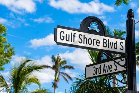 Toneelkust Shores Boulevard-signage in het historische woondistrict in Napels, Florida.