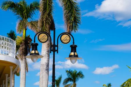Toneel vijfde wegcityscape in het populaire district van de binnenstad in Napels, Florida. Stockfoto