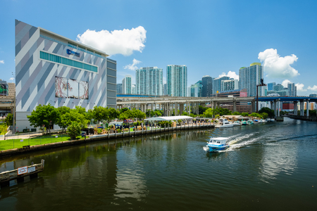 Miami, Florida USA - July 9, 2018: Scenic Miami River cityscape with docks and boats and the downtown skyline. 新聞圖片