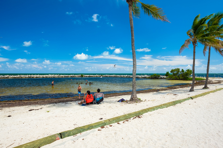 Key Largo, Florida - August 17, 2018: Visitors enjoying the beach lagoon in the scenic Harry Harris Park in the popular Florida Keys. Banque d'images - 109301284