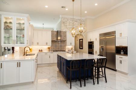 Hermosa cocina casera de lujo con gabinetes blancos. Foto de archivo