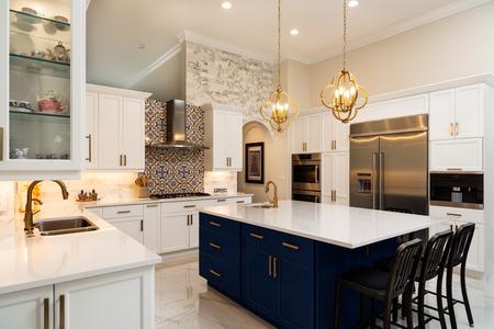 Bella cucina domestica di lusso con armadietti bianchi.