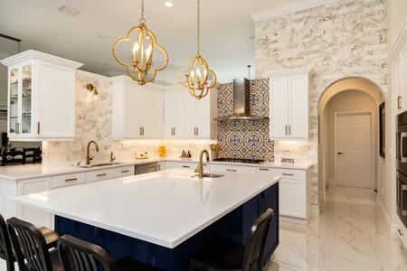 Belle cuisine de maison de luxe avec armoires blanches.