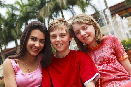 Adolescentes al aire libre en un parque.