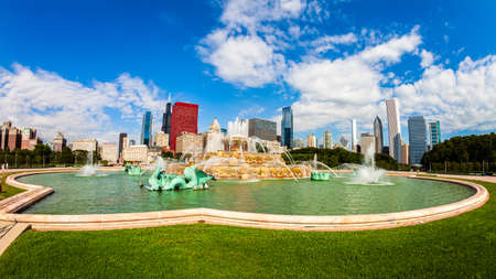 Chicago, Illinois USA - August 8, 2011: Grant Park fish eye cityscape with the Buckingham Fountain and the downtown skyline view. 新聞圖片