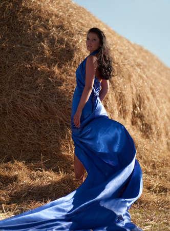 donna con un abito blu e un pagliaio
