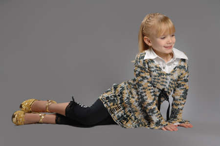 Photo pretty little cute girl posing in studio