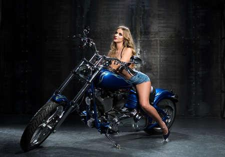 部屋にバイクでセクシーな女性