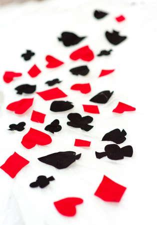 Tekenen van speelkaarten op een witte neutrale achtergrond.