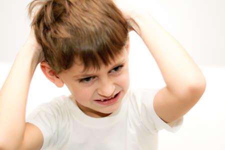 aretes: chico lesionado enojado, irritable o llorando