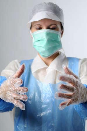 hygi�ne alimentaire: femme avec des gants en plastique