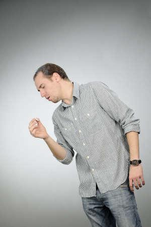 tosiendo: hombre insalubre tos