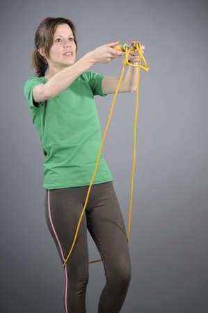 saltar la cuerda: mujer prepar�ndose para saltar la cuerda Foto de archivo