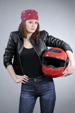 casco rojo: blanco motociclista posando con casco rojo
