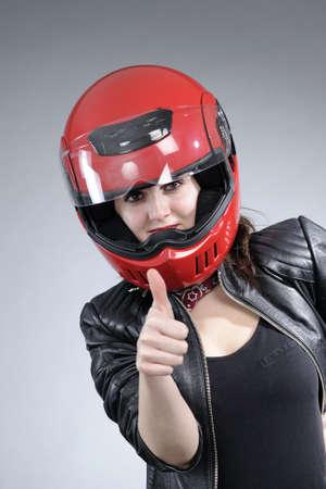 casco rojo: Inicio de sesión aceptar motociclista mujer mostrando