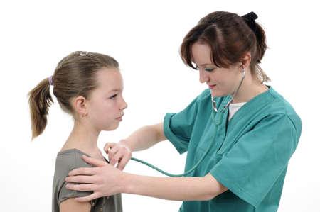 Doktor arbeiten und untersuchen Schulmädchen Standard-Bild - 9262702