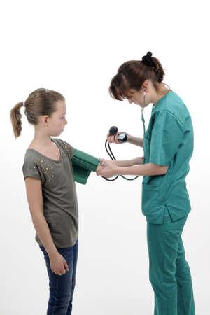 Arzt messen Puls mit medizinischer Geräte