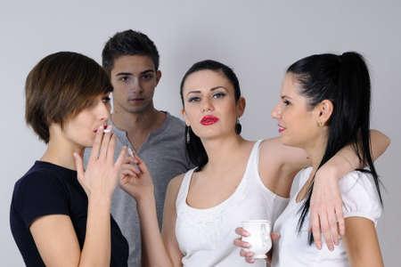 joven fumando: j�venes de beber y fumar