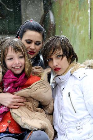 chicas divirtiendose: ni�as que se divierten en invierno