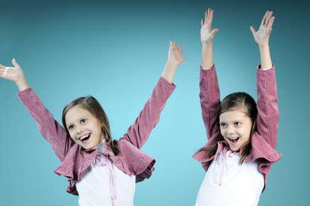 chicas bailando: ni�as gemelas bailando juntos