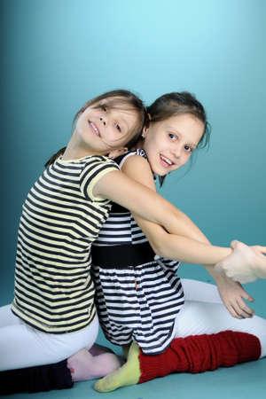 ni�as gemelas: ni�as gemelas alegre ejercicio juntos