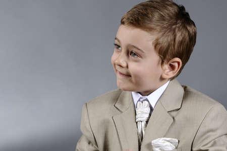 little business man: hombre de negocios poco posando
