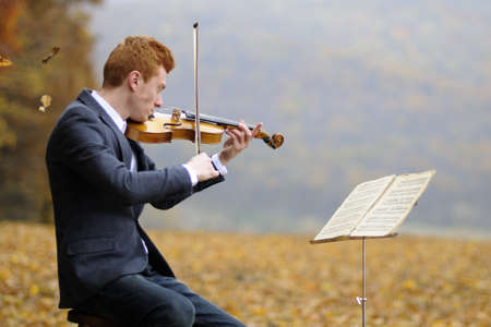 violist: jonge man spelen van een viool Stockfoto