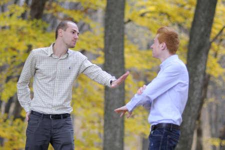 personas discutiendo: dos amigos que discuten