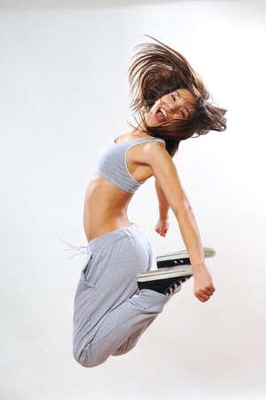 brincando: mujer joven que salta Foto de archivo