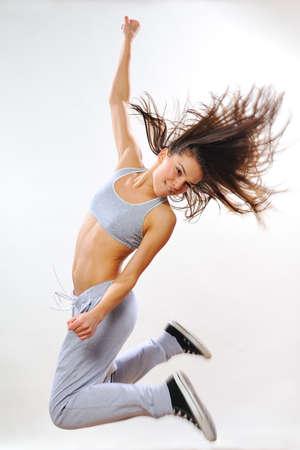 krachtige vrouw: krachtige vrouw springen