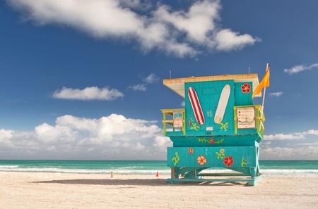 Miami Beach Florida, badmeester huis in typische kleurrijke Art Deco-stijl op een zonnige zomerdag, met blauwe lucht, en de Atlantische Oceaan op de achtergrond Wereldberoemde reizen locatie