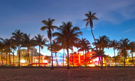 Miami Beach, Florida hotels en restaurants bij zonsondergang op Ocean Drive, wereldberoemde bestemming voor het