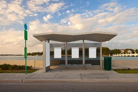 parada de autobus: Parada con blancos paneles publicitarios en blanco
