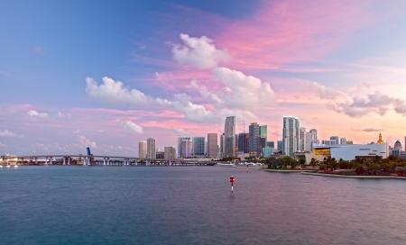 ダウンタウンのビジネスと住宅建物や橋のカラフルな夕日のパノラマ フロリダ州